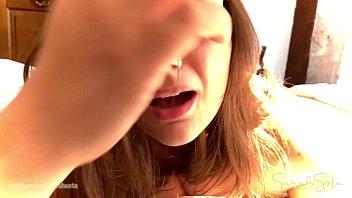 Красотуля с силиконовыми сиськами слизывает крем с хуев