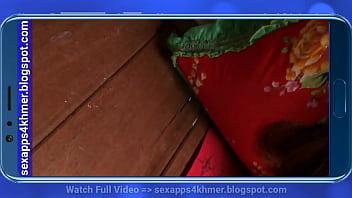 Блядун записывает на камеру переодевающуюся в примерочной девку