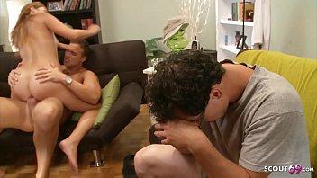 Мужчина раздвинул свою клевую молодую подругу на съемку и слил ей на милое личико
