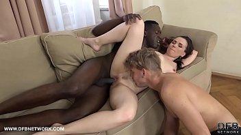 Лысый мужик трахает трех сучек во времячко порно оргии