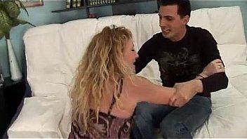 Молодая пара занимается буйным и нежным трахом, на кроватке