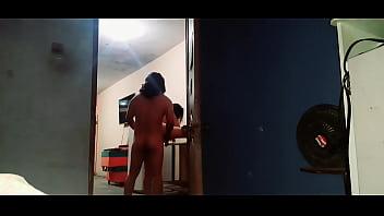 Два парня и толстозадая женщина с приятной стрижкой трахаются втроем
