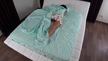 Малышка в кружевном одежду белого цвета трахается в анус