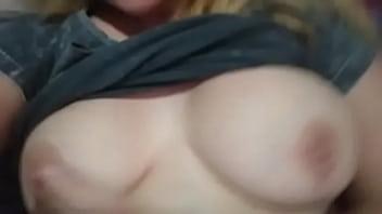 Блондиночка показывает свои сладкие формы на камеру