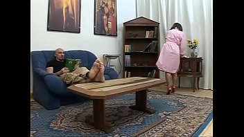Молоденькая шлюха в костюме мульт героя сделала минет фаллос и страпон на коленях