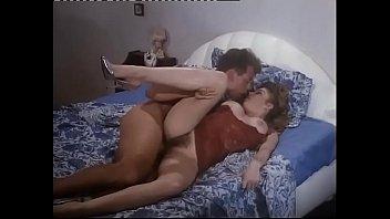 Шлюха-блондинка с мохнатой щелью ебется с руководством на стуле