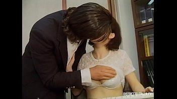 Узкоглазая мать с жирной задницей принимает в вагину член старинного американца по окончании куни