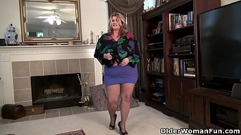 Красотка в трусишках скидывает джинсовую рубашку и демонстрирует натуральные груди