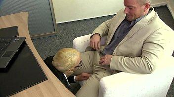 Длинноволосая шлюха-блондинка в белых нейлоне занялась трахом на работе