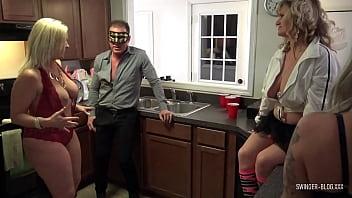 Две стройненькие мисс с достойными анусами ебутся с одним факером
