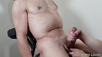 Обалденная учительница трахает свою мохнатку латексным хуем перед камерой