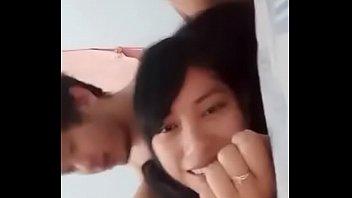Длинноволосая девчоночка с упругой титькой лобызает фаллос мужчины на камеру